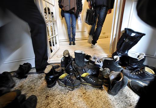 گذاشتن کفش جلوی آپارتمان