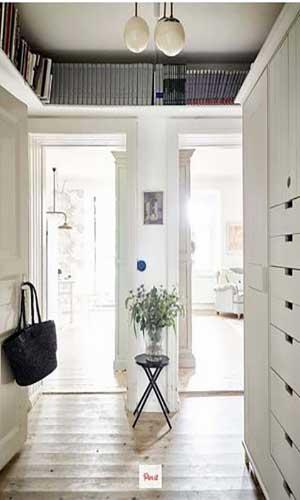 قفسه کتاب در راهرو