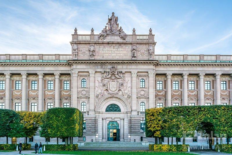 گردش در پارلمان سوئد ورزش در فضای باز بازدید از موزه تاریخ سوئد یاد گرفتن زبان سوئدی شرکت در تورهای پیاده روی جاذبههای گردشگری رایگان استکهلمتماشای گارد سلطنتی آبی پوش