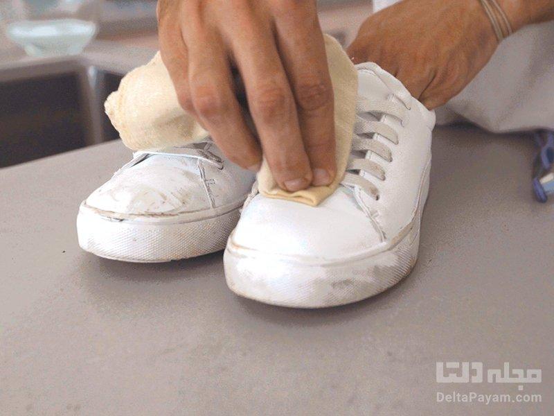 تمیز کردن کفش سفید دستمال
