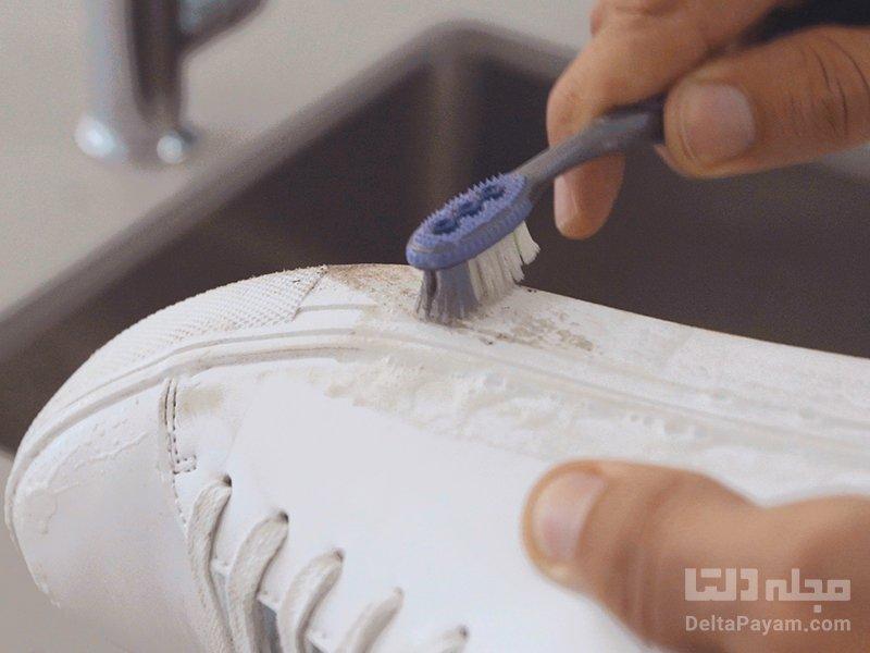 تمیز کردن کفش سفید مسواک