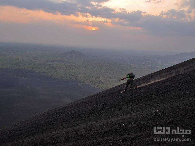 اسکیت برد سواری در دهانه آتشفشان