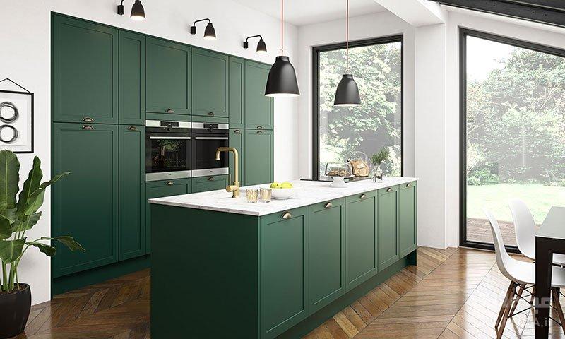 در چیدمان آشپزخانه کوچک ، یک یا دو کابینت را از کف تا سقف آشپزخانه در نظر بگیرید تا هم قفسههای بیشتری برای شما مهیا شود