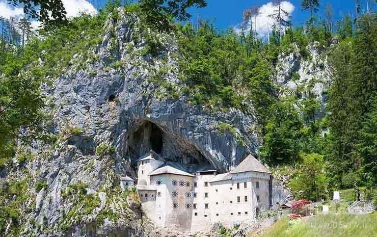 قلعه ساخته شده در مقابل غار